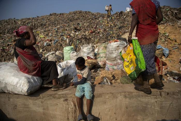 Cuộc sống thường ngày của một cậu bé nhặt rác ở Ấn Độ - Ảnh 18.