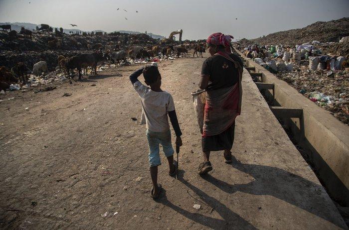 Cuộc sống thường ngày của một cậu bé nhặt rác ở Ấn Độ - Ảnh 19.