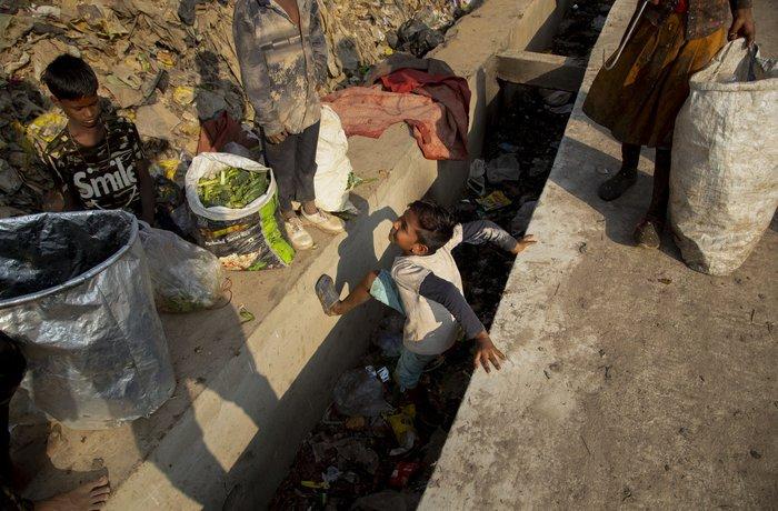 Cuộc sống thường ngày của một cậu bé nhặt rác ở Ấn Độ - Ảnh 5.
