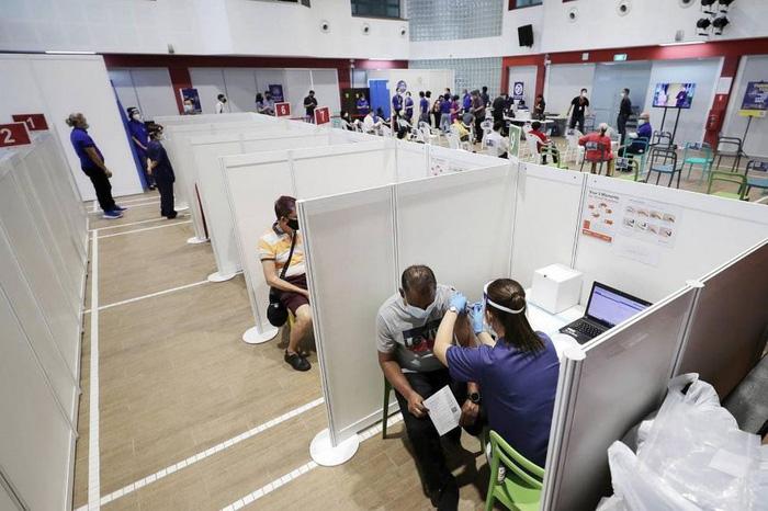 Công dân Singapore trong độ tuổi từ 60-69 sắp được tiêm vaccine ngừa Covid-19  - Ảnh 1.