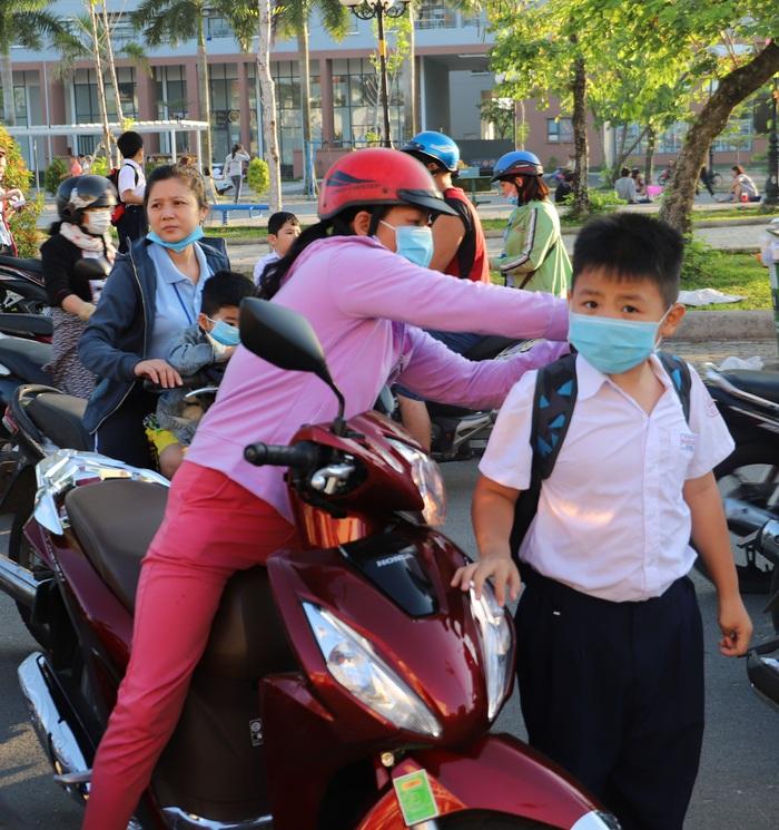 Học sinh TPHCM quay trở lại trường học sau kỳ nghỉ Tết dài ngày - Ảnh 1.