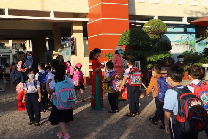 Học sinh TPHCM quay trở lại trường học sau kỳ nghỉ Tết dài ngày - Ảnh 2.