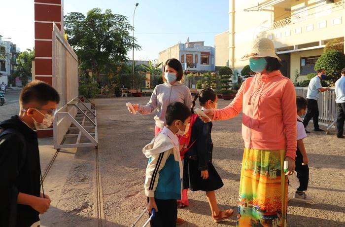 Học sinh TPHCM quay trở lại trường học sau kỳ nghỉ Tết dài ngày - Ảnh 3.