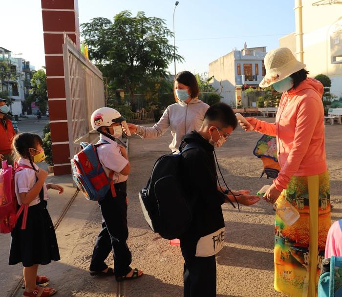 Học sinh TPHCM quay trở lại trường học sau kỳ nghỉ Tết dài ngày - Ảnh 4.