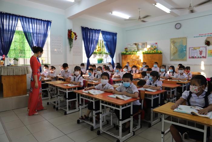 Học sinh TPHCM quay trở lại trường học sau kỳ nghỉ Tết dài ngày - Ảnh 5.