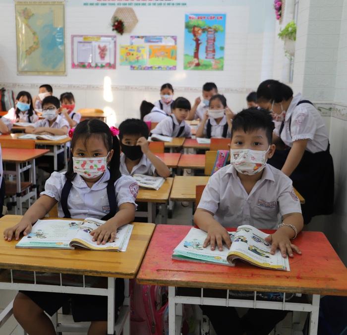 Học sinh TPHCM quay trở lại trường học sau kỳ nghỉ Tết dài ngày - Ảnh 7.