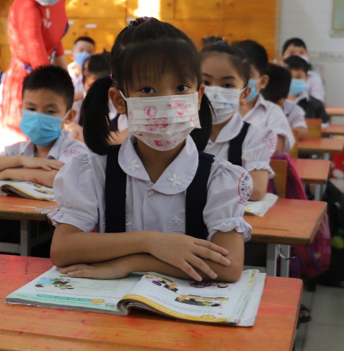 Học sinh TPHCM quay trở lại trường học sau kỳ nghỉ Tết dài ngày - Ảnh 6.