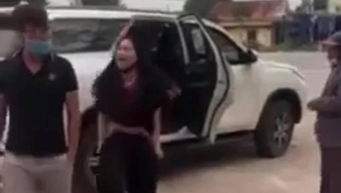 Một phụ nữ cởi đồ phản cảm, lớn tiếng chửi bới trước cổng đền ở Nghệ An  - Ảnh 1.