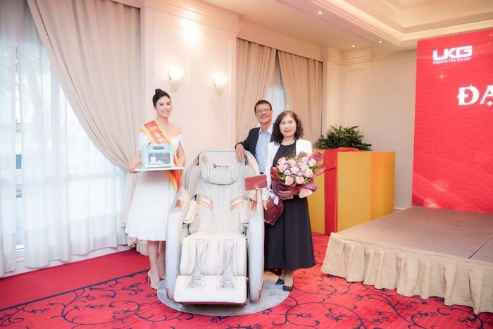 Hoa hậu Ngọc Hân tặng cha mẹ ghế massage HASUTA thế hệ mới để chăm sóc sức khỏe nhân ngày sinh nhật của mình. - Ảnh 1.
