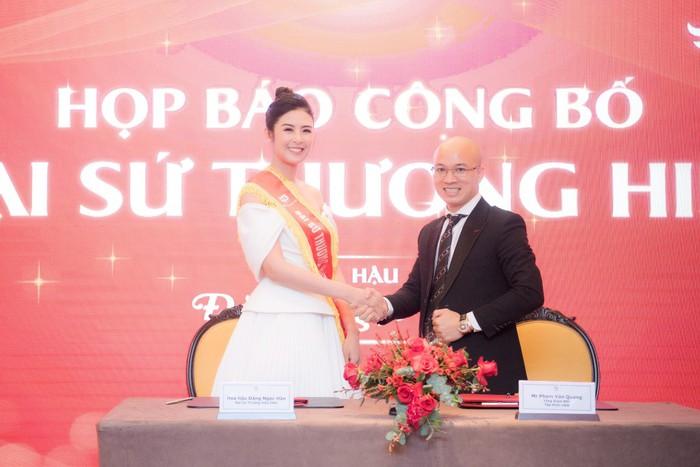 Hoa hậu Ngọc Hân tặng cha mẹ ghế massage HASUTA thế hệ mới để chăm sóc sức khỏe nhân ngày sinh nhật của mình. - Ảnh 2.