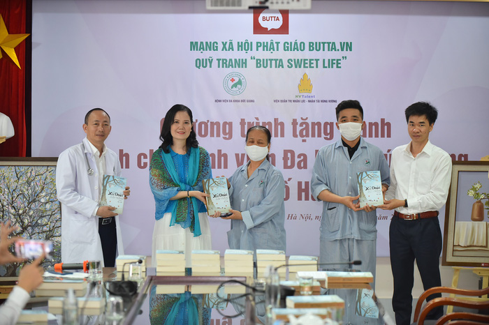 Mạng xã hội Phật giáo trao tặng 50 bức tranh cho BV Đa khoa Đức Giang - Ảnh 5.
