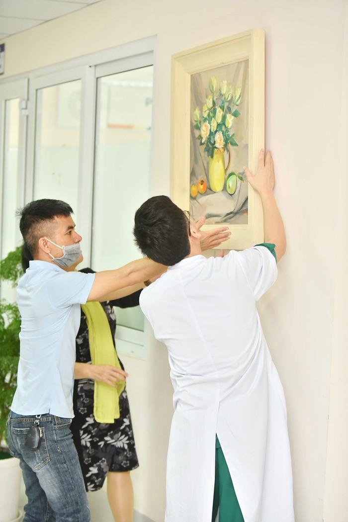 Mạng xã hội Phật giáo trao tặng 50 bức tranh cho BV Đa khoa Đức Giang - Ảnh 6.