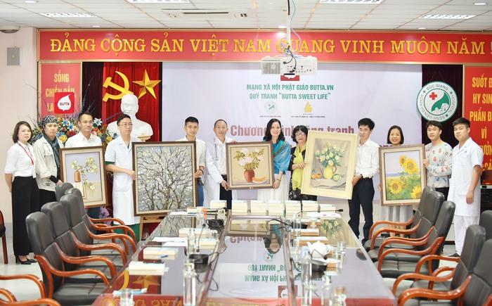Mạng xã hội Phật giáo trao tặng 50 bức tranh cho BV Đa khoa Đức Giang - Ảnh 3.