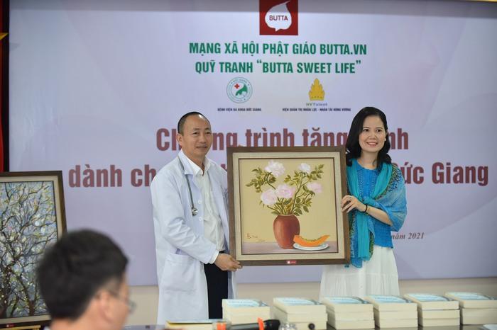 Mạng xã hội Phật giáo trao tặng 50 bức tranh cho BV Đa khoa Đức Giang - Ảnh 2.