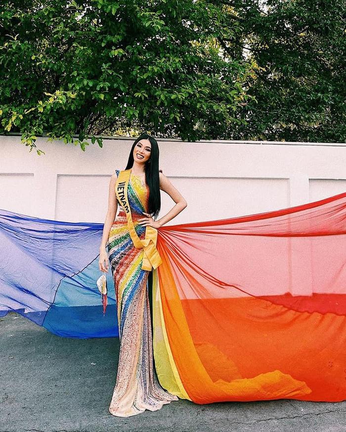 Học tập H'Hen Niê khi thi hoa hậu ở Thái Lan, Ngọc Thảo làm nức lòng fan với chiếc đầm ủng hộ LBGT  - Ảnh 1.