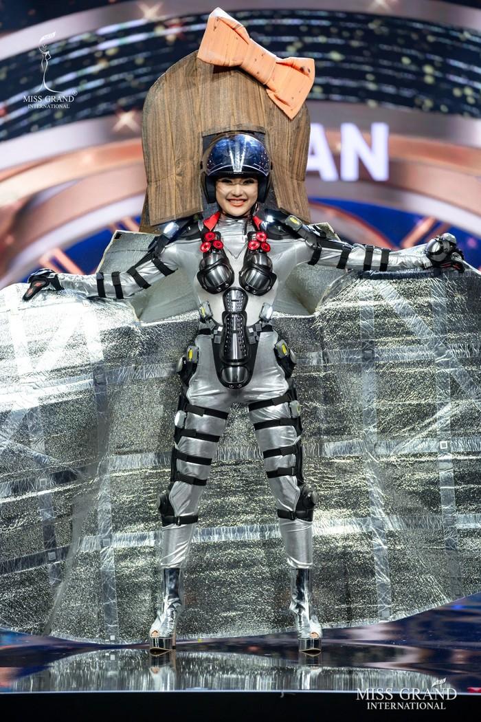 Ứng viên Hoa hậu Hòa bình mang cả chợ nổi, lá ngọc cành vàng, robot vào Trang phục truyền thống - Ảnh 13.