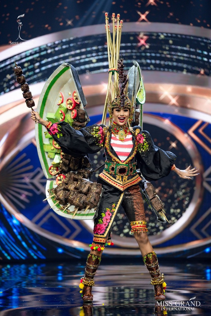 Ứng viên Hoa hậu Hòa bình mang cả chợ nổi, lá ngọc cành vàng, robot vào Trang phục truyền thống - Ảnh 12.