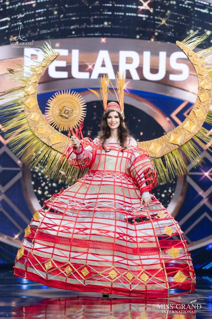 Ứng viên Hoa hậu Hòa bình mang cả chợ nổi, lá ngọc cành vàng, robot vào Trang phục truyền thống - Ảnh 2.
