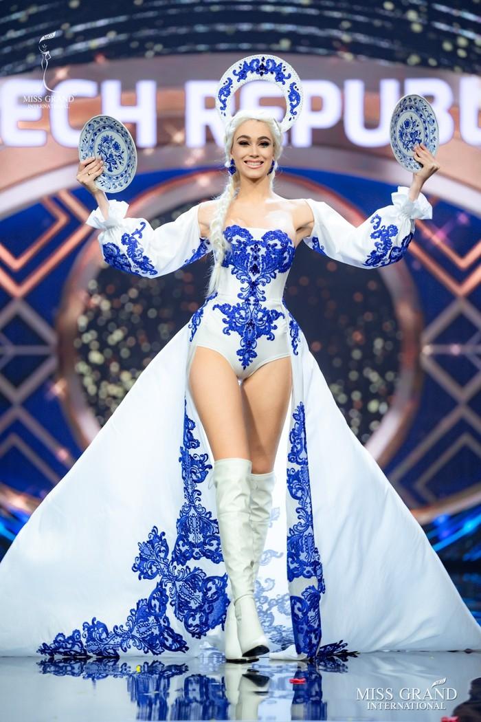 Ứng viên Hoa hậu Hòa bình mang cả chợ nổi, lá ngọc cành vàng, robot vào Trang phục truyền thống - Ảnh 5.