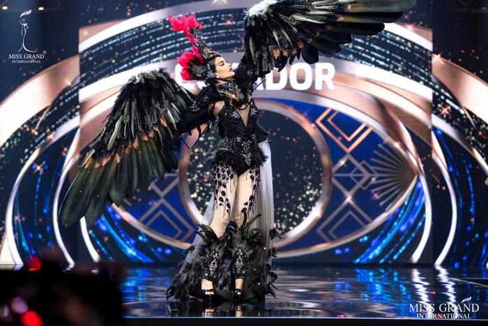 Ứng viên Hoa hậu Hòa bình mang cả chợ nổi, lá ngọc cành vàng, robot vào Trang phục truyền thống - Ảnh 6.