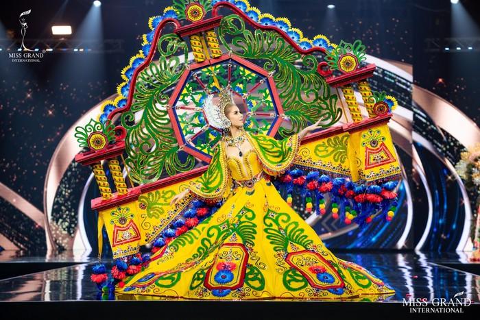 Ứng viên Hoa hậu Hòa bình mang cả chợ nổi, lá ngọc cành vàng, robot vào Trang phục truyền thống - Ảnh 1.