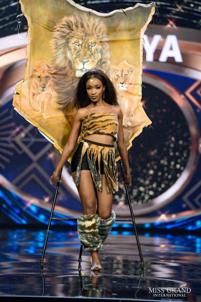 Ứng viên Hoa hậu Hòa bình mang cả chợ nổi, lá ngọc cành vàng, robot vào Trang phục truyền thống - Ảnh 8.