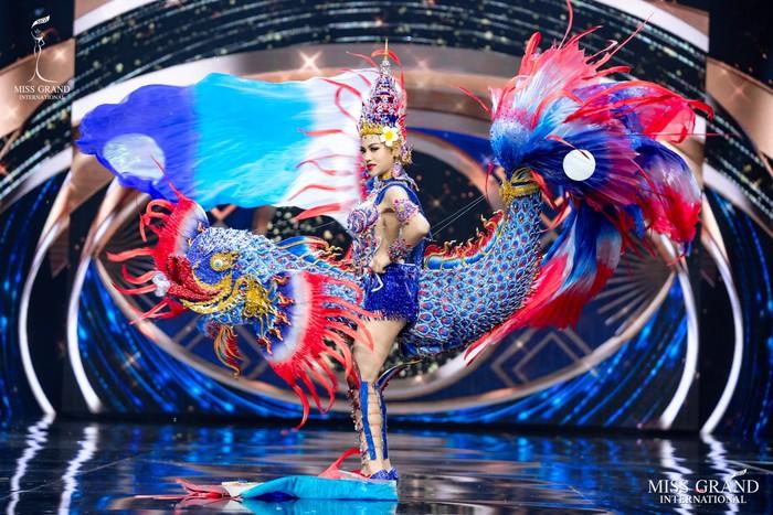 Ứng viên Hoa hậu Hòa bình mang cả chợ nổi, lá ngọc cành vàng, robot vào Trang phục truyền thống - Ảnh 9.