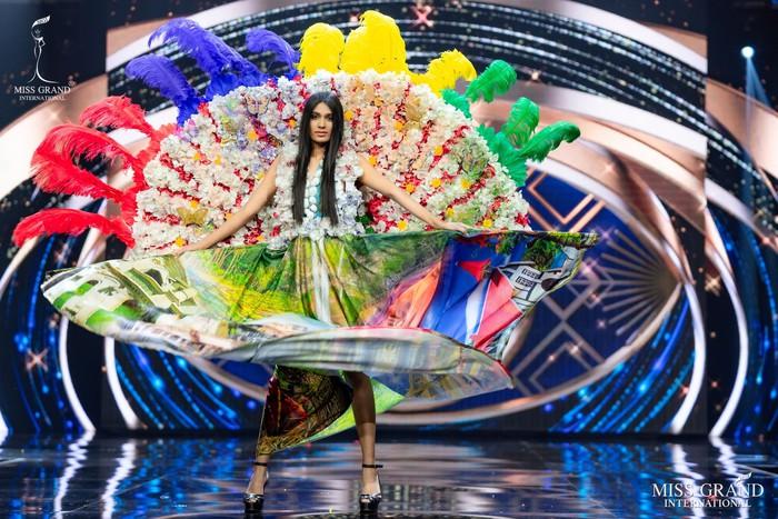 Ứng viên Hoa hậu Hòa bình mang cả chợ nổi, lá ngọc cành vàng, robot vào Trang phục truyền thống - Ảnh 4.