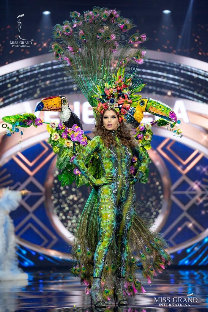 Ứng viên Hoa hậu Hòa bình mang cả chợ nổi, lá ngọc cành vàng, robot vào Trang phục truyền thống - Ảnh 11.