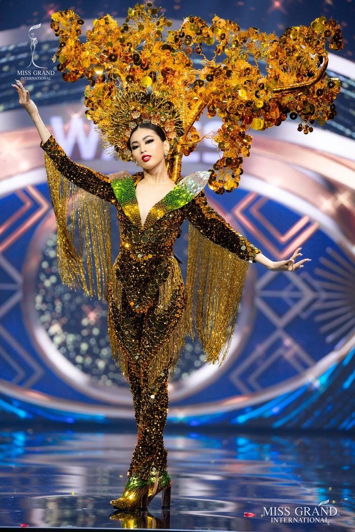 Ứng viên Hoa hậu Hòa bình mang cả chợ nổi, lá ngọc cành vàng, robot vào Trang phục truyền thống - Ảnh 14.
