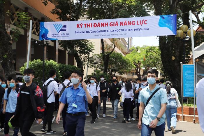 """Phụ huynh """"đội"""" nắng Sài Gòn chờ con hơn 3 tiếng đồng hồ tại kỳ thi đánh giá năng lực  - Ảnh 2."""