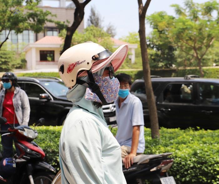 """Phụ huynh """"đội"""" nắng Sài Gòn chờ con hơn 3 tiếng đồng hồ tại kỳ thi đánh giá năng lực  - Ảnh 7."""
