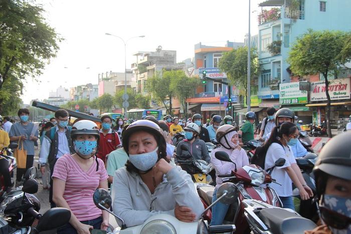 """Phụ huynh """"đội"""" nắng Sài Gòn chờ con hơn 3 tiếng đồng hồ tại kỳ thi đánh giá năng lực  - Ảnh 5."""