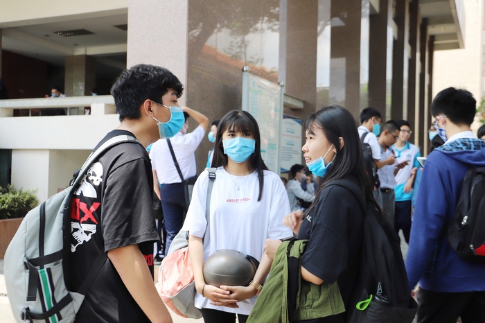"""Phụ huynh """"đội"""" nắng Sài Gòn chờ con hơn 3 tiếng đồng hồ tại kỳ thi đánh giá năng lực  - Ảnh 3."""