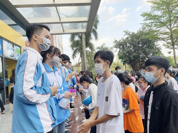 """Phụ huynh """"đội"""" nắng Sài Gòn chờ con hơn 3 tiếng đồng hồ tại kỳ thi đánh giá năng lực  - Ảnh 1."""