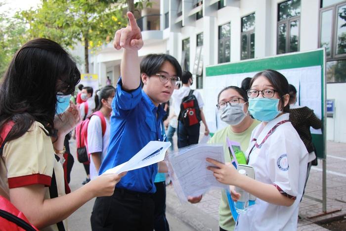 """Phụ huynh """"đội"""" nắng Sài Gòn chờ con hơn 3 tiếng đồng hồ tại kỳ thi đánh giá năng lực  - Ảnh 8."""