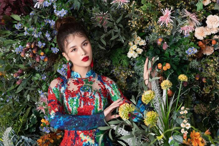 Hình ảnh thiếu nữ trong những tà áo dài gắn bó với đời sống của người Việt Nam, là biểu tượng, hồn cốt của phụ nữ Việt