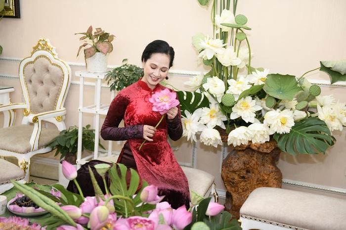 NSND Lan Hương duyên dáng bên tà áo dài truyền thống, trong các sự kiện có chị xuất hiện, trang phục áo dài sẽ được chị ưu tiên lựa chọn