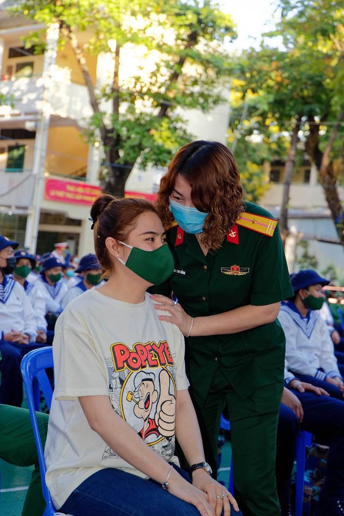 Nguyễn Đào Thúy Vy được mẹ dặn dò trước khi lên đường