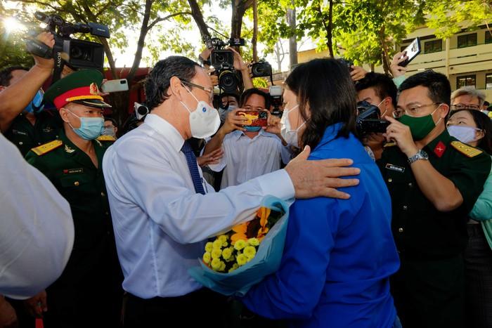 Nhân Nhã Tiên được Bí thư Thành ủy TPHCM Nguyễn Văn Nên tặng hoa và động viên trong  lễ giao nhận quân tại quận 5