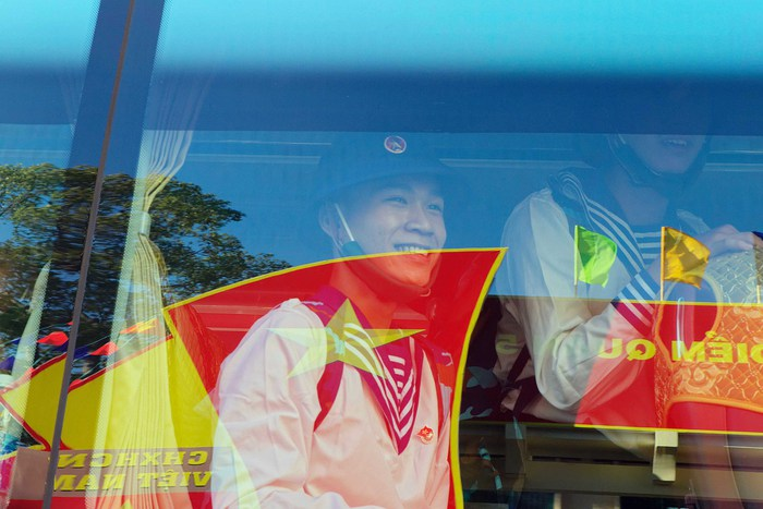Gương mặt rạng rỡ của một tân binh khi xe bắt đầu lăn bánh