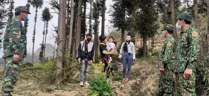 Bộ đội biên phòng Lũng Cú cứu nạn thành công 2 phụ nữ và 1 trẻ nhỏ trong số những người nhập cảnh trái phép   - Ảnh 2.