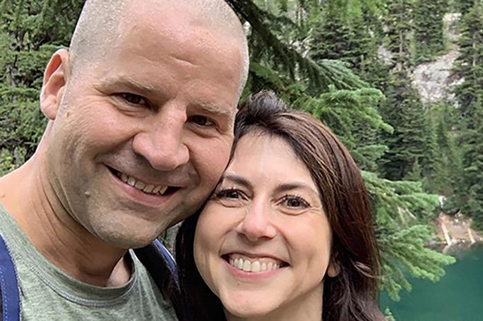Vợ cũ tỉ phú Jeff Bezos tái hôn - Ảnh 1.