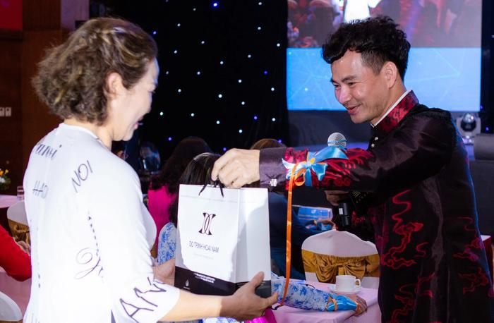 Tại sự kiện, MC Xuân Bắc cũng thay mặt NTK Đỗ Trịnh Hoài Nam dành tặng 10 phần quà là áo dài cao cấp nhằm lan tỏa hơn nữa tình yêu áo dài