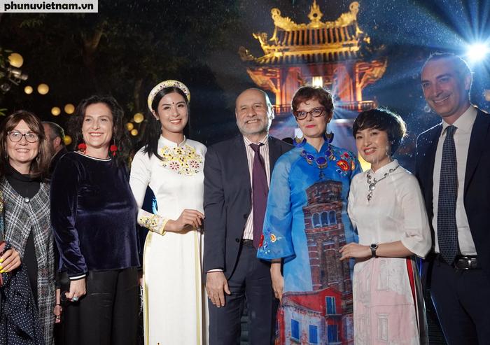 """Lung linh đêm trình diễn """"Thế giới trong Áo dài Việt"""" - Ảnh 14."""