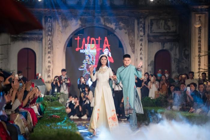 Chử Giang Sơn, người bạn khuyết tật của Hoa hậu cũng xuất hiện trên sàn catwalk trong trang phục áo dài do Hoa hậu Việt Nam 2010 thiết kế