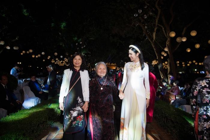 Bà và mẹ của Ngọc Hân cũng đến ủng hộ Hoa hậu, trình diễn ão dài do cô thiết kế