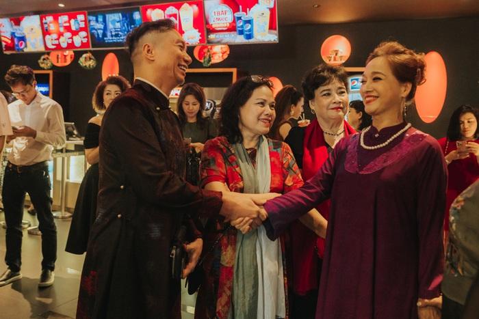 Trong phim, NSND Lê Khanh đảm nhận vai Hoạn Bà. Góp mặt tại sự kiện ra mắt, nữ nghệ sĩ sở hữu vẻ đẹp không tuổi chọn mẫu áo dài tím quyền quý được thêu đính cầu kỳ, tỉ mỉ