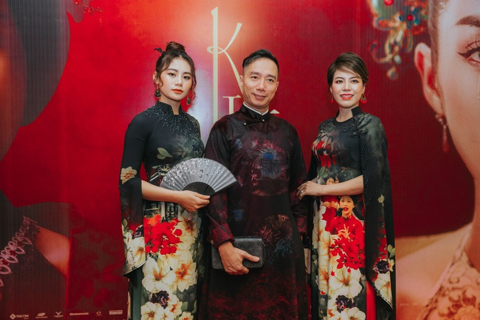 Cặp đôi người mẫu NTK Kim Oanh – Thoa Trần khiến nhiều người trong khán phòng lầm tưởng cặp Thúy Vân – Thúy Kiều bởi 2 bộ áo dài di sản đồng điệu nhau về họa tiết, kiểu dáng