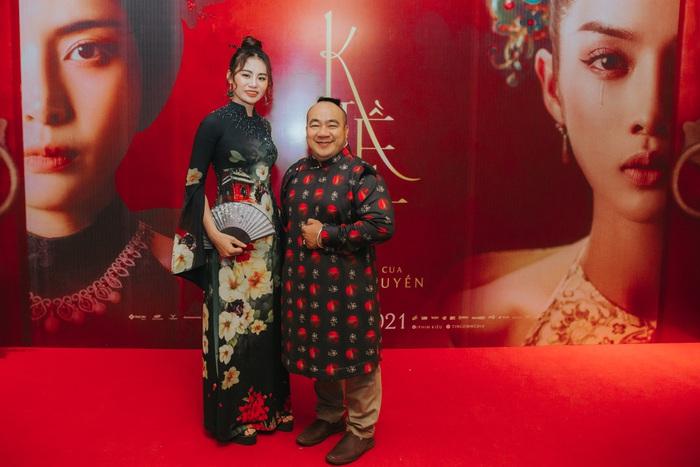Đã lâu chưa có dịp xuất hiện trước công chúng, diễn viên Hiếu Hiền (Vai Hiền Bá) đã diện một mẫu thiết kế áo dài nam sang trọng. Bộ trang phục giúp anh dù không có lợi thế chiều cao nhưng vẫn vô cùng đĩnh đạc, phong độ